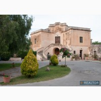 На юге Италии, на острове Сицилия, в Палермо, на продажу вилла.