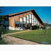 В Альпах на севере Италии, спортивный комплекс и участок.